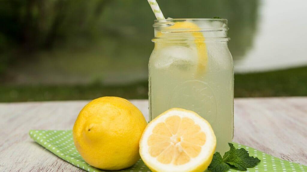 ÉTÉ Limonade maison  Limonade aux huiles essentielles huile essentielle citron huile esentielle gingembre plein air camping rafraîchissement